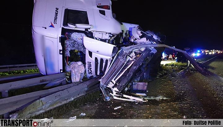 Vrachtwagen kantelt bovenop auto en vangrail op Duitse A2 [+foto]