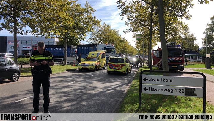 Fietsster bekneld onder vrachtwagen in Amersfoort [+foto]
