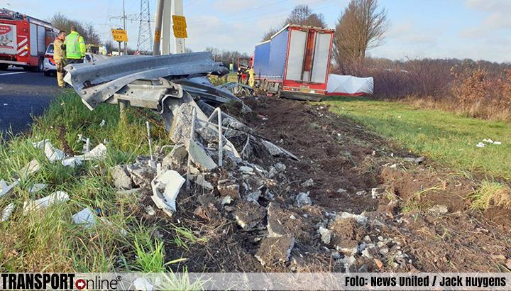 Vrachtwagenchauffeur gewond bij eenzijdig ongeval op A35 [+foto]