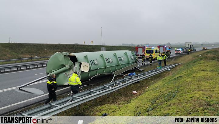 Vrachtwagen verliest bulk tank na aanrijding tegen viaduct [+foto]