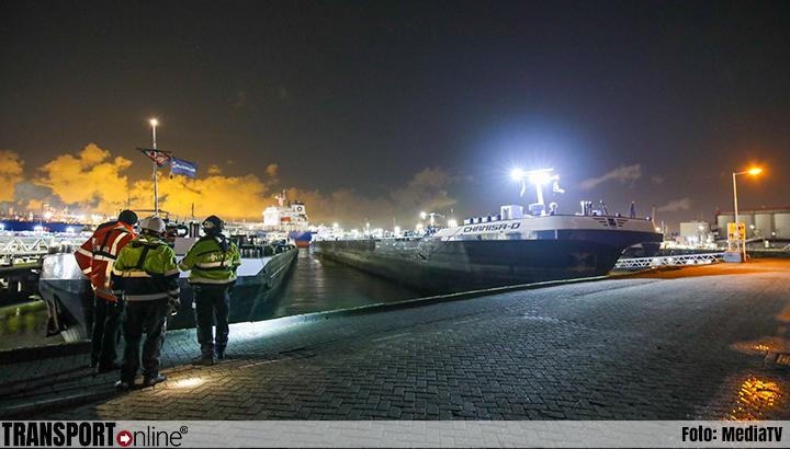 Stuurloos schip ramt andere schepen in Welplaathaven Rotterdam [+foto]