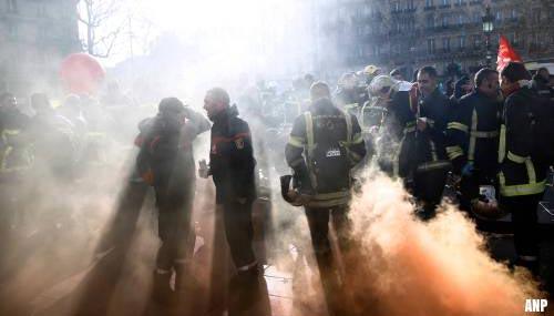 Franse politie raakt slaags met protesterende brandweermannen