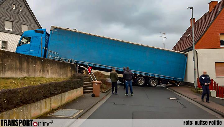 Vrachtwagen muurvast in Duitse Herborn-Seelbach [+foto]