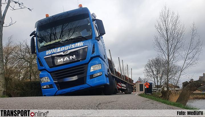 Vrachtwagen vast in berm na poging te keren [+foto]