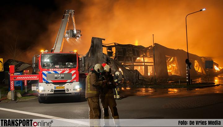 Grote brand in grote opslagloods in Oosterwolde [+foto]