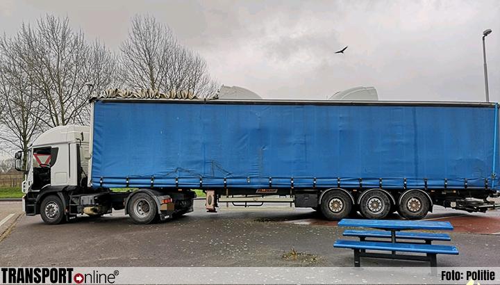 Chauffeurs rijden 'collega' klem, politie neemt vrachtwagen in beslag [+foto]