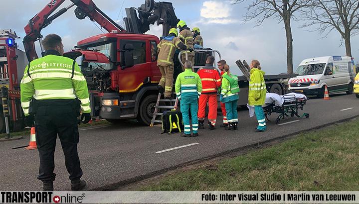 Chauffeur klem bij ongeluk met autolaadkraan op vrachtwagen [+foto]