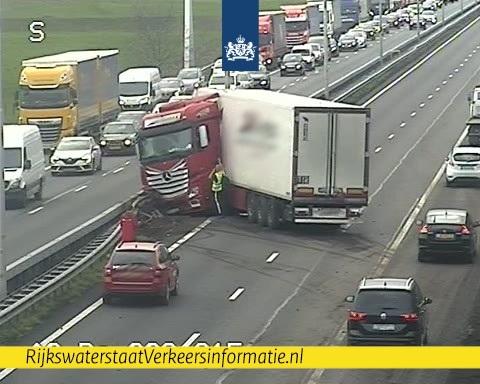 Twee rijstroken A2 dicht na ongeval met vrachtwagen [+foto]
