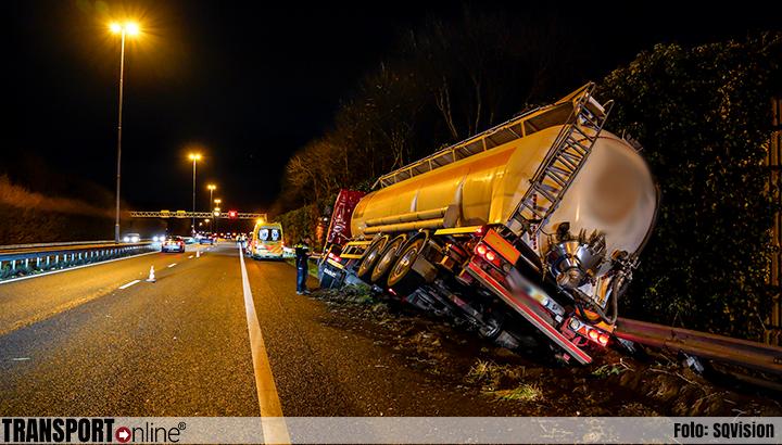 Dronken vrachtwagenchauffeur belandt in de vangrail langs A27 [+foto]