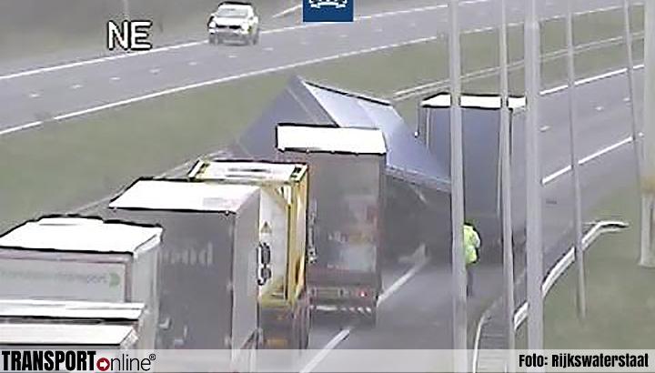 Vrachtwagenaanhanger omvergeblazen op A7 [+foto]