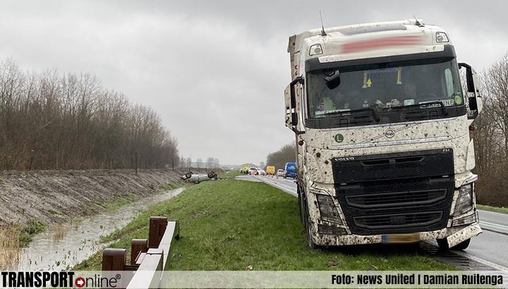 Personenauto belandt op zijn kop in greppel na aanrijding met vrachtwagen [+foto]