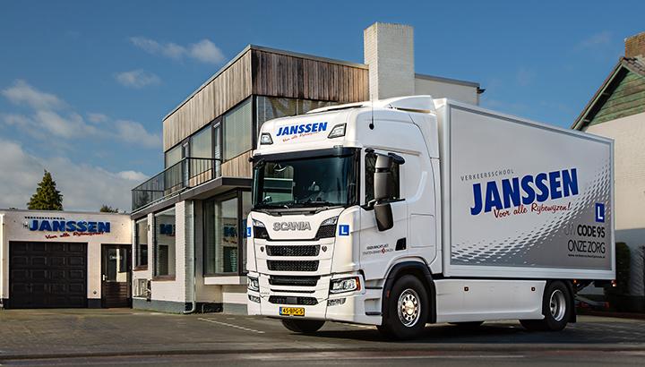 Verkeersschool Janssen start CE-opleiding met een Scania