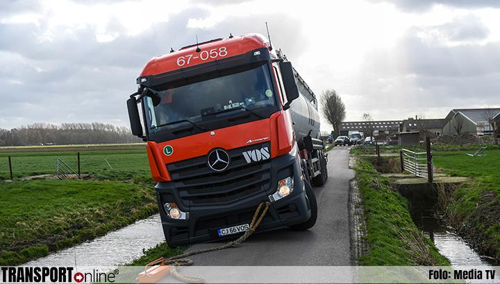 Vrachtwagen waait in de berm in Woubrugge [+foto]