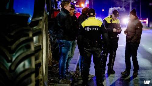 Haagse politie bekeurt boeren die met tractor op snelweg reden