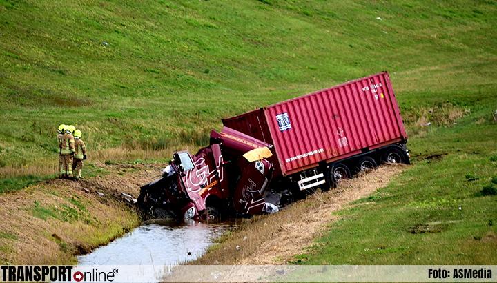 Vrachtwagen in de greppel langs A15 na aanrijding met vrachtwagen met pech [+foto]