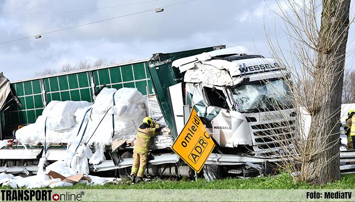 Vrachtwagen in de vangrail op A15 [+foto]