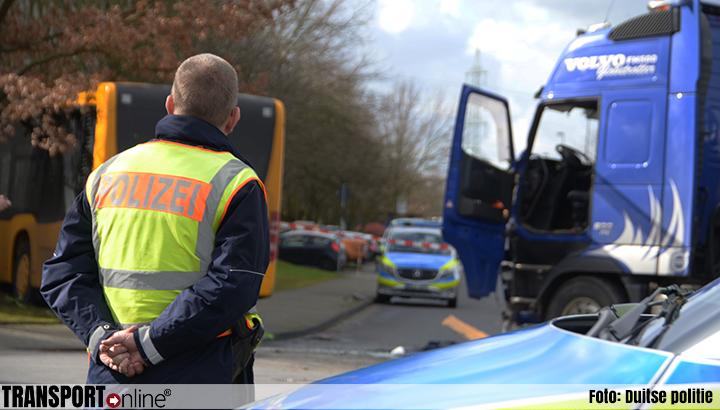 Meer dan twintig gewonden bij aanrijding bus en vrachtwagen [+foto]