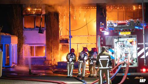 Brand verwoest loods met boten in Aalsmeer
