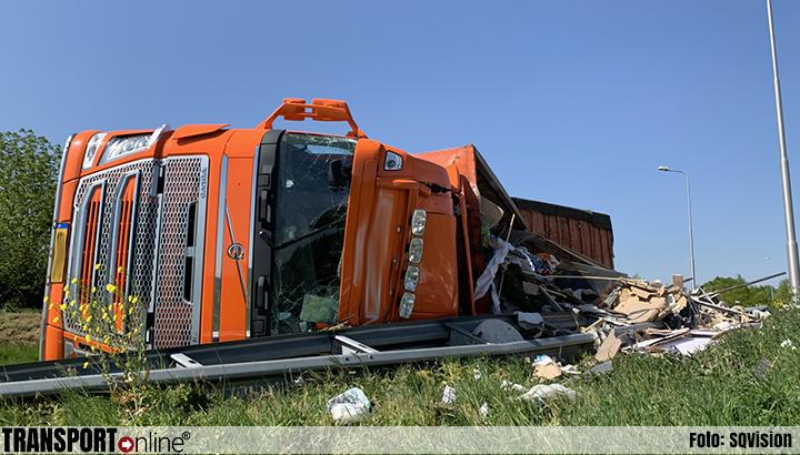 Vrachtwagen met afval gekanteld op A59 [+foto]