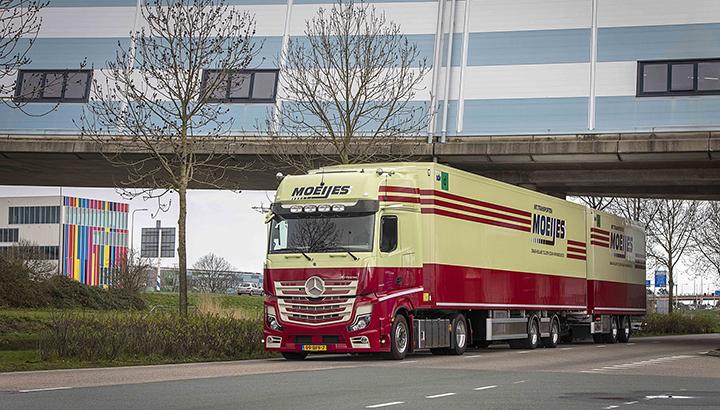 Moeijes Internationale Transporten met nieuwe Actros als LZV naar Duitsland