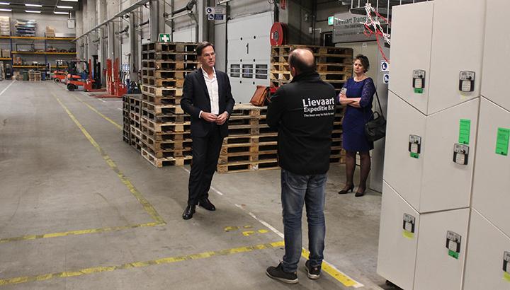Premier Rutte bezoekt door corona getroffen transportondernemers [+foto's]