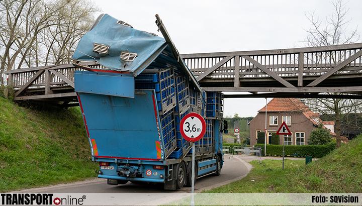 Vrachtwagen klem onder fietsbrug in Drunen [+foto]