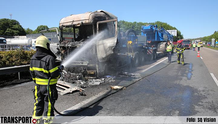 Vrachtwagen uitgebrand op A58 [+foto]