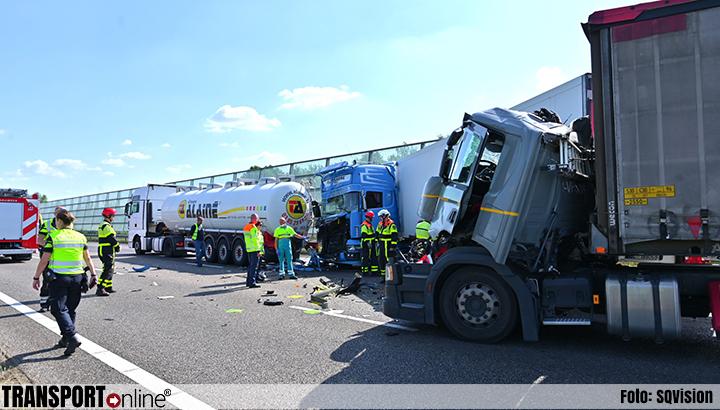 Twee aanrijdingen met meerdere vrachtwagens op A16 [+foto's]