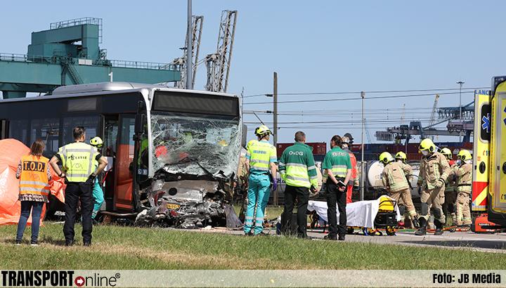 Dode bij ernstig ongeval met bus in Rotterdam [+foto]