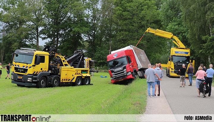 Vrachtwagen in weiland na uitwijkmanoeuvre [+foto]