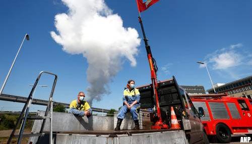 Honderden werknemers bij toeteractie Tata Steel om vertrek topman Theo Henrar