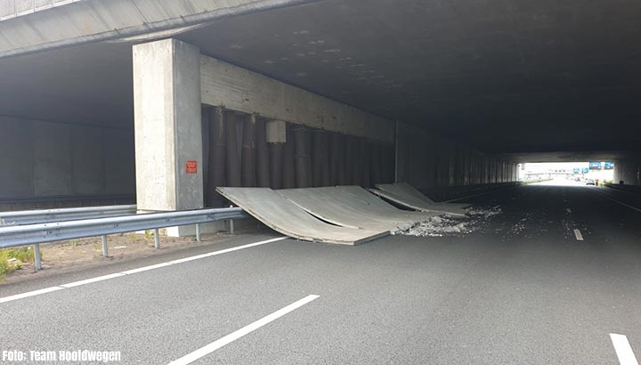 Zijwand viaduct op A10 losgeraakt, snelweg dicht [+foto]