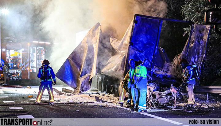 Auto rijdt op stilstaande vrachtwagen op vluchtstrook A67: één dode [+foto]