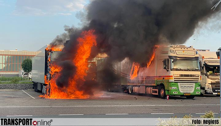 Twee vrachtwagens in brand op veilingterrein in Honselersdijk [+foto's]