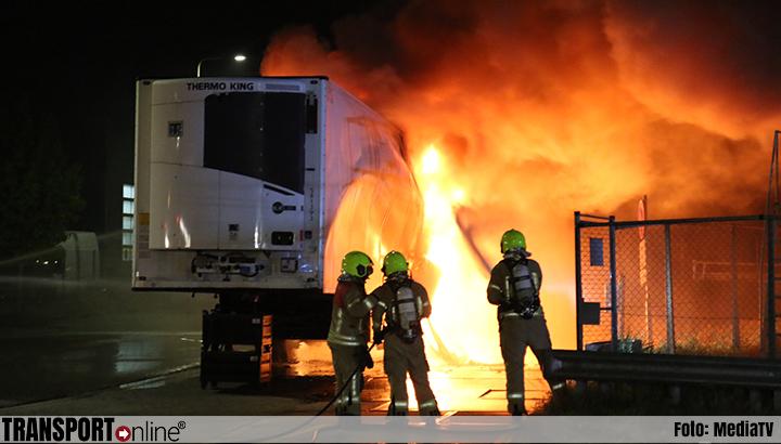 Koeltrailer brandt uit in Hellevoetsluis [+foto]