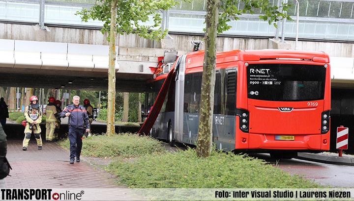 Lijnbus rijdt zich klem onder viaduct in Aalsmeer [+foto]