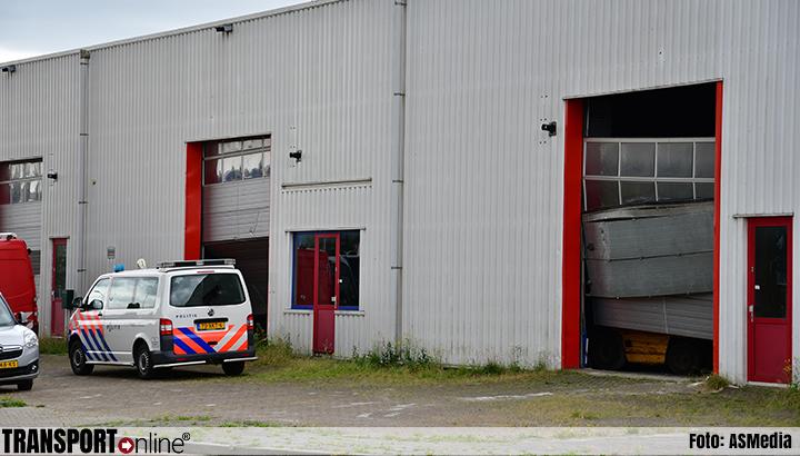 Politie valt loods binnen op industrieterrein [+foto] in Lelystad