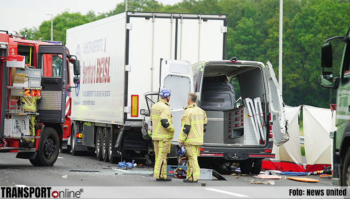 Dode bij ongeval bestelbus en vrachtwagen op A1 [+foto]