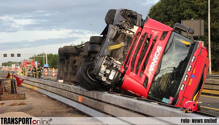 Gekantelde vrachtwagen zorgt voor ravage op A1 [+foto's]