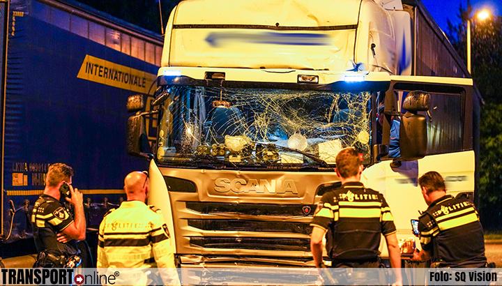 Vrachtwagenchauffeur aangehouden na aanrijden pijlwagen [+foto]
