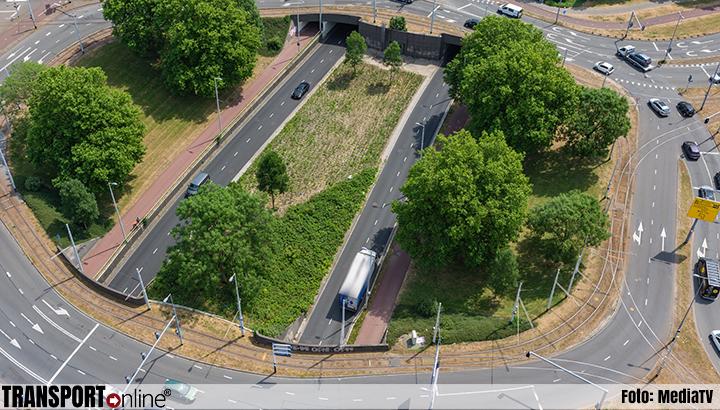 Vrachtwagen opgesloten tussen twee te lage viaducten [+foto]