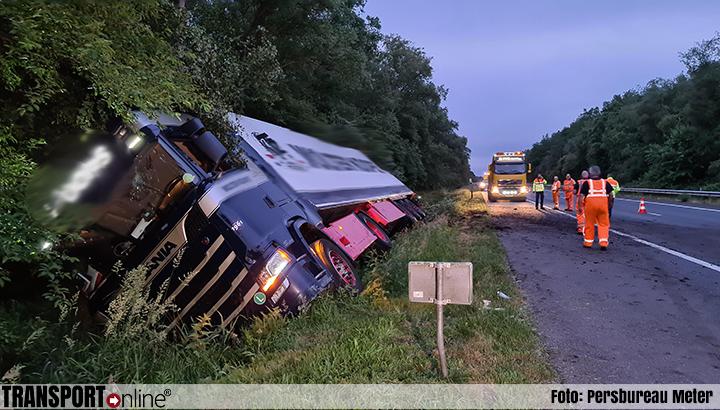 Vrachtwagen in de greppel langs A28 [+foto]