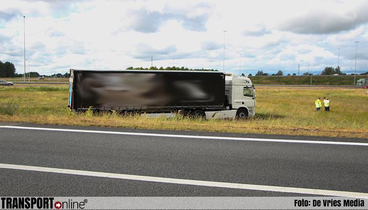 Vrachtwagen na stuurcorrectie naast A7 beland [+foto]
