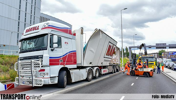 Vrachtwagenchauffeur druk met navigatie en mist hoogte waarschuwing viaduct [+foto]