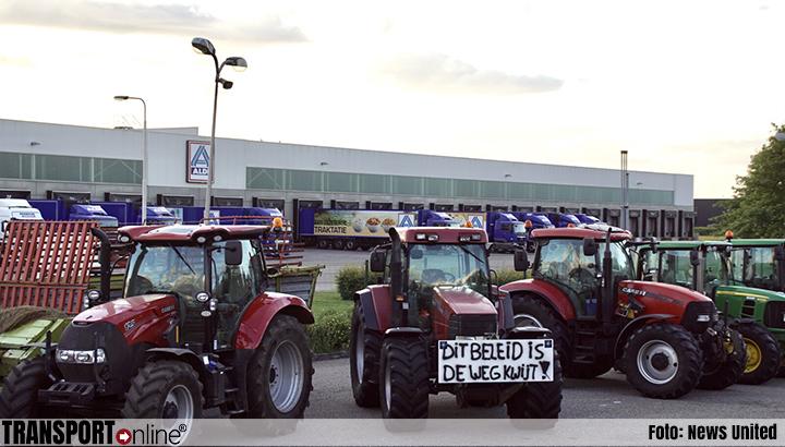 Boeren blokkeren opnieuw supermarkt dc's en snelwegen [+foto's]
