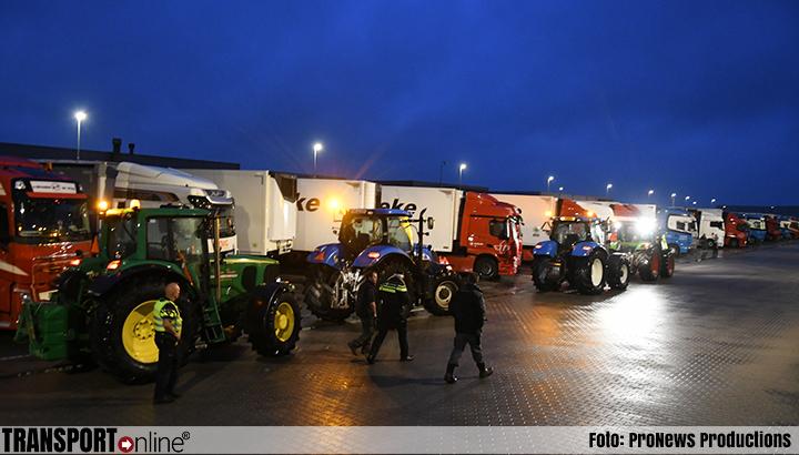 Boeren bezetten diverse distributiecentra en snelwegen [+foto's]