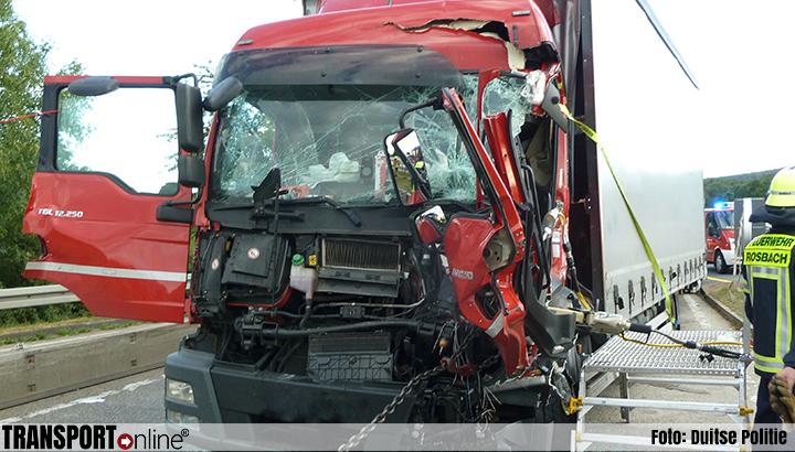 Vrachtwagenchauffeur bekneld en ernstig gewond bij ongeval op Duitse A5 [+foto]