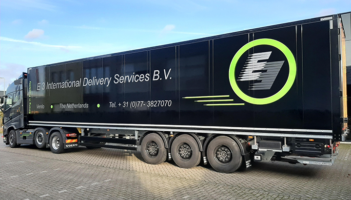 Schmitz drie-assige kastenoplegger voor E3 International Delivery & Taxi Services