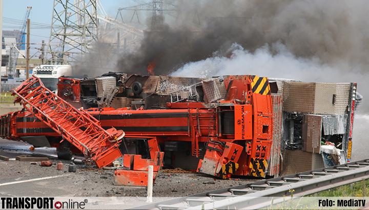 Kraanwagen gekanteld en in brand gevlogen [+foto]