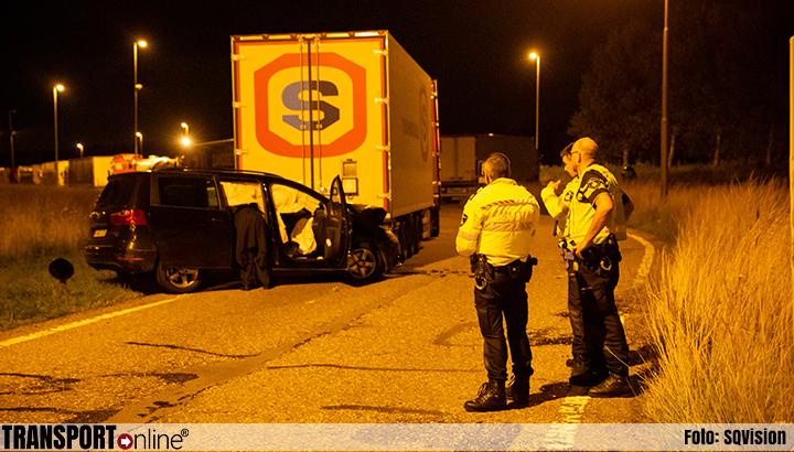 Drie gewonden nadat auto op geparkeerde vrachtwagen botst op A4 [+foto]